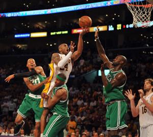 Kobe Bryant jumps up to score 15/6/2008